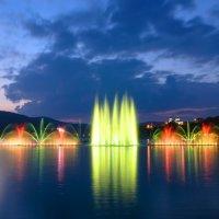 Вечерние фонтаны на озере Абрау. :: Анатолий Щербак