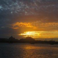восход с Дворцовой набережной :: Елена