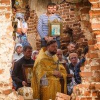 Божественная литургия на руинах храма :: Галина Шепелева