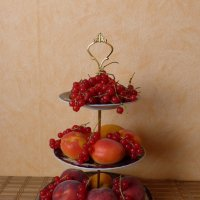 Этажерка с персиками, абрикосами и красной смородиной :: Nina Yudicheva