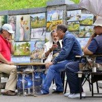 Пока нет желающих прикупить живопись,коротаем время за игрой в нарды. :: Стас