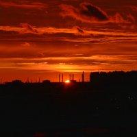 багровое небо на городом :: Валентина Папилова