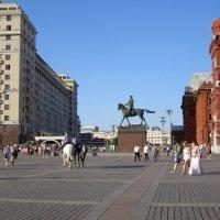 Люди и лошади на Манежной площади :: Анна Воробьева