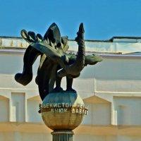 Скульптура перед концертным залом :: Светлана