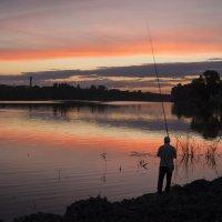 Озеро... Рыбак... :: Сергей