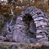 В уголку далёком парка дремлет каменная арка... :: Евгений Юрков