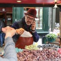 Продавец конфет. Брюгге :: Владимир Леликов
