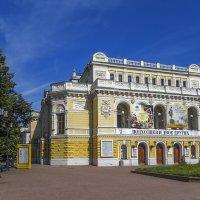 Театр с бронзовым зрителем :: Сергей Цветков