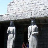 Статуи черногорок у входа в мавзолей :: Анна Воробьева
