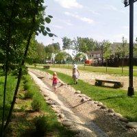 Ручеёк в Одинцовском парке по которому малыши бегают босичьком, очень трогательно! :: Ольга Кривых