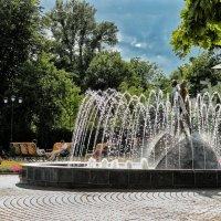 Летний вечер у фонтана :: Ирина Сивовол