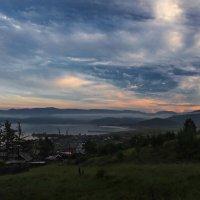 Туман спустился с гор к Байкалу... :: Александр Попов