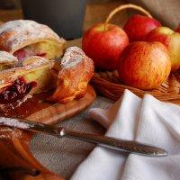 Эскиз к натюрморту с вишневым штруделем (и яблоки) :: Арина Дмитриева