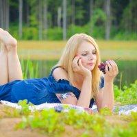 Девушка с виноградом. :: Алексей Ковынев
