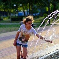 Девочка и фонтан :: Сергей Землянский