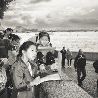 Китайские школьники рисуют  Ростральные колонны. :: Лилия .
