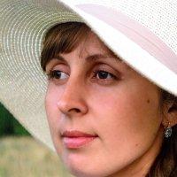 Девушка в шляпе :: Любовь Строгонова