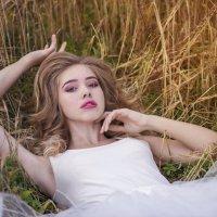 Лёжа в колосьях :: Женя Рыжов