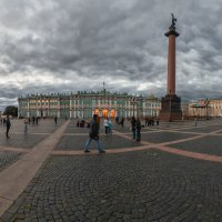 Вечерняя жизнь Дворцовой площади :: Александр Кислицын