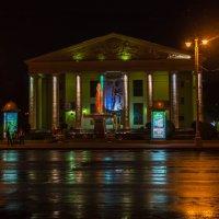 Драматический театр ночью в г. Кемерово :: Владимир Деньгуб