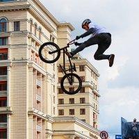Вело-экстрим на дне города в Москве. :: Николай Кондаков
