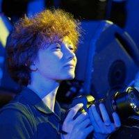 Девушка фотограф на концерте :: Svetlana Shalatonova