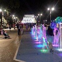 С шариками между струями фонтана :: Асылбек Айманов