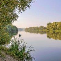 На берегу реки :: Юрий Стародубцев
