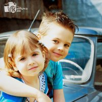 дети в ретро-мобиле :: Екатерина Куликова