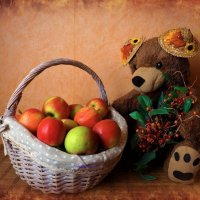 Медведь и корзина с яблоками :: Nina Yudicheva