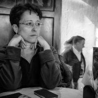 Ожидание в кафе с прозрачной стеной :: Александр Лебедевъ