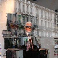 Париж 2007. Карл Лагерфельд даёт радиоинтервью в импровизированной студии-витрине. :: Elena Danek