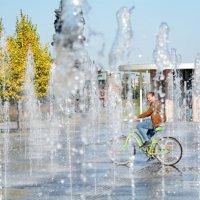На велосипеде по фонтану. :: Мария