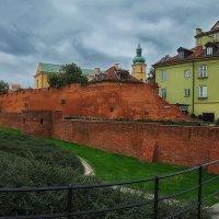 Крепостная стена и зеленый дом :: M Marikfoto