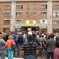 В день знаний родители провожают в школу детей :: Олег Афанасьевич Сергеев