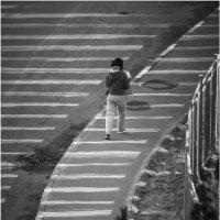 Девушка по городу идет :: Алексей Федотов