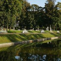 Верхний пруд со статуями и скамейками :: Владимир Гилясев