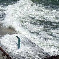 Волны вторгаются в Дом солнца :: Владимир