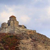Вид на монастырь Джвари  с центральной улицы города Мцхета... :: Cергей Павлович