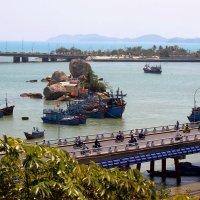 Мост Ксом Бонг в Нячанге  через реку Цай. фото с раздробленной композицией :: Наталья Чистополова
