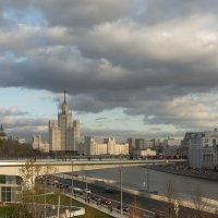 Вид на Парящий мост и Котельническую высотку :: Александра