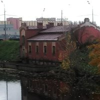 Дореволюционное здание на левом притоке реки Монастырка. (С-Петербург). :: Светлана Калмыкова