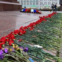 Цветы погибшим солдатам правопорядка. :: Татьяна Помогалова