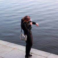 Фото с диалогом трёхмерной девушки и двумерной поверхности воды :: Наталья Чистополова