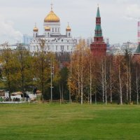 В  парке  Зарядье,вид  на  храм  Христа  Спасителя :: Наталья Чернушкина