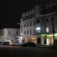 Старина и модерн при ночном освещении :: Александр Буянов