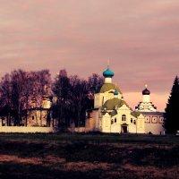 Вечер возле монастыря :: Сергей Кочнев