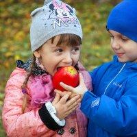 Яблоко хочешь? :: Лилия Масло