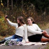 Девчонки Алина  и Дарья делают селфи :: Виктория Левина