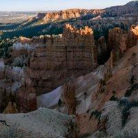 Вечер. Туристы идут вверх и вниз по тропе Навахо, серпантином вьющейся в Каньоне Брайс (США) :: Юрий Поляков